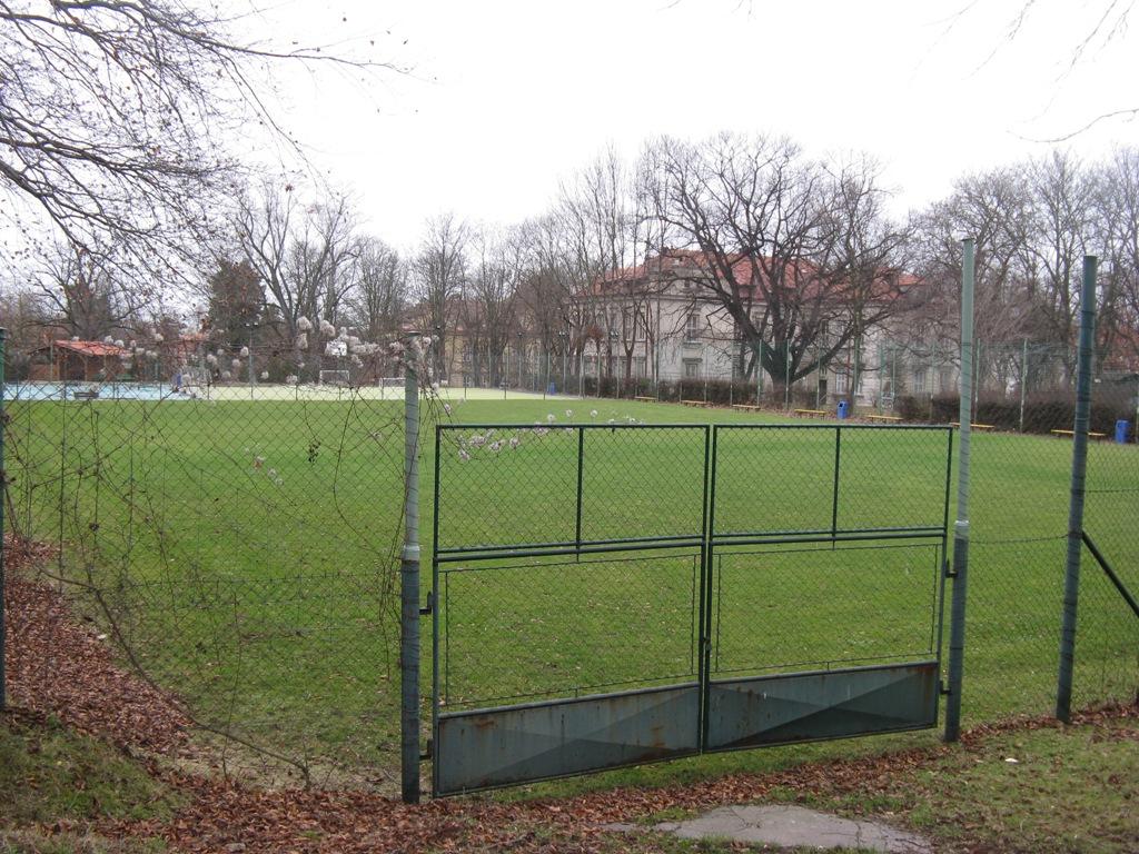 Hřiště, na kterém jsme hráli každé pondělí fotbal.